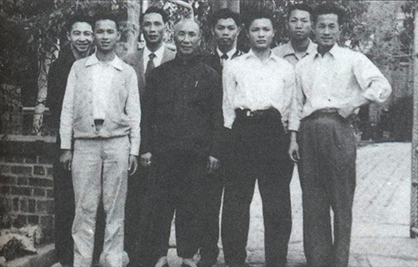 Spring 1955, an outing of Grandmaster Ip Man with his students. Grandmaster Ip Man is the second from the left of the front row; the first from the right of the back row is Master Chu Shong Tin.